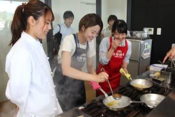 淡路麺業で生パスタの調理に挑戦する学生ら