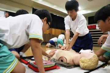 救命講習を受ける勝田中と英田中の生徒たち