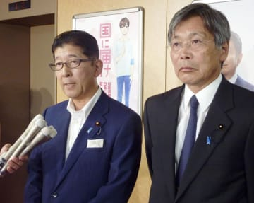 取材に応じる自民党新潟県連会長の高鳥修一衆院議員(左)ら=26日午後、東京・永田町の党本部