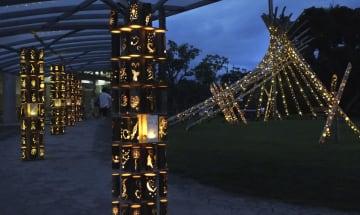夕暮れに浮かび上がる「竹あかり」=26日、和歌山県白浜町のアドベンチャーワールド
