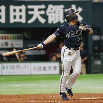 3回オリックス2死、吉田正が右中間に2打席連続となる本塁打を放つ=ヤフオクドーム