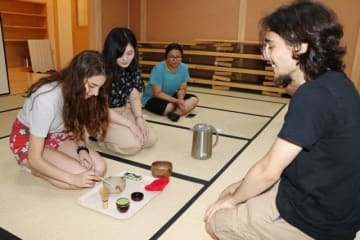 茶道を通じて交流する吉備国際大とボローニャ大の学生