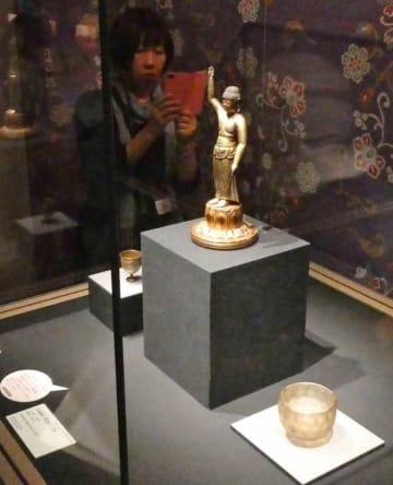 内覧会で披露された重要文化財「金銅誕生釈迦仏立像」(滋賀県甲賀市信楽町・MIHO MUSEUM)