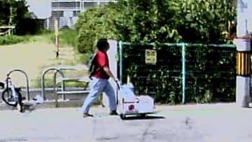 台車を押し、京都アニメーション本社近くの道路を歩く青葉容疑者とみられる男の防犯カメラ映像(宇治市木幡)