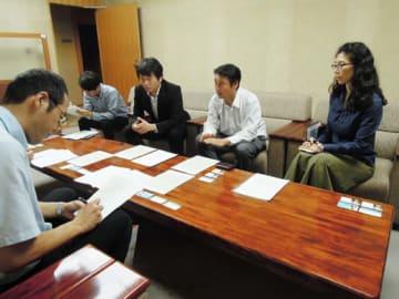 【シーテックへの指導を求める小林副代表(右から2人目)ら=県議会議事堂で】