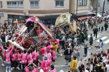 昨年8月に行われた小須戸まつりの灯籠押し合い。一部の参加者が警察官の制止を振り切り、小競り合いを続けた=新潟市秋葉区