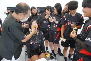 歯科医師にマウスガードの調整をしてもらう学生たち=7月中旬、環太平洋大