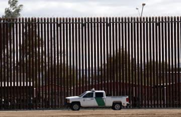 米カリフォルニア州エルセントロで、トランプ大統領の視察に合わせ、メキシコとの国境の壁近くに駐車する国境警備当局の車=4月5日(AP=共同)