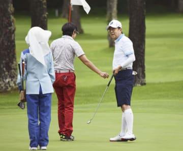 友人らとゴルフを楽しむ安倍首相(右)=27日午前、山梨県山中湖村(代表撮影)