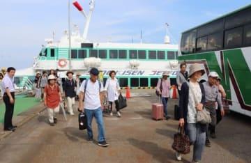 寺泊発のジェットフォイルのチャーター便を降りる首都圏からのツアー客=26日、佐渡市の小木港
