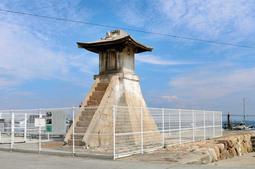 フェンスに囲まれた明石港の旧波門崎燈籠堂。貴重な文化財ながら活用は進まず、劣化も目立ち始めた=明石市港町