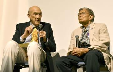 26日、米西部ワイオミング州コーディで開かれた日系米国人強制収容を巡る集会で話すノーマン・ミネタ元運輸長官(右)(共同)