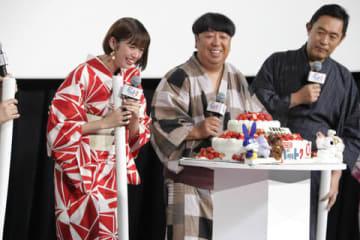 劇場版アニメ「ペット2」の公開記念舞台あいさつでサプライズで誕生日を祝われる佐藤栞里さん(左)
