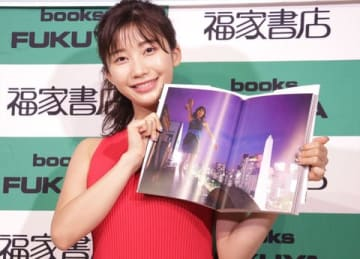 写真集「小倉優香写真集『じゃじゃうま』」のお渡し会を開催した小倉優香さん