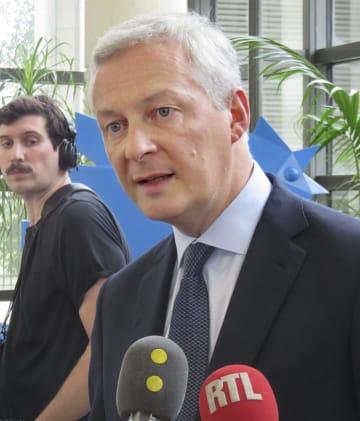 27日、パリで記者団に話すフランスのルメール経済・財務相(共同)