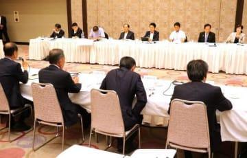 県関係国会議員(奥側)に要望事項などを説明した岡山市の市政懇談会