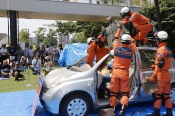 デモンストレーションで車に閉じ込められた人を救助する倉敷市消防局職員
