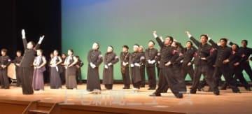 「群馬県の歌」を披露する4校の応援団員
