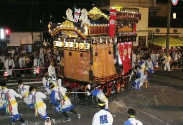 祇園車見世に登場した下祇園姫路町の祇園車=27日夜、中津市の福沢通り