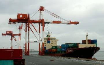 大分港に寄港した長錦商船の定期航路第1便=大分市大在
