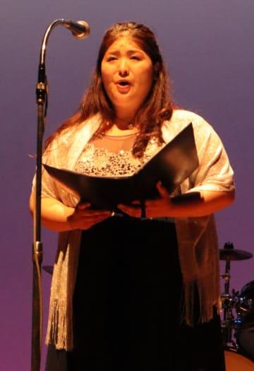 長崎平和音楽祭で歌声を響かせる中川さん=長崎市平和会館ホール
