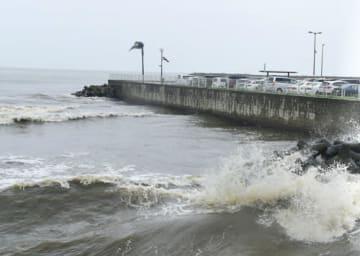 【波しぶきを上げる海岸=津市のなぎさまちで】