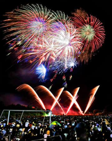 東京五輪などをイメージした8000発の花火が県都の夜空を彩ったふくしま花火大会