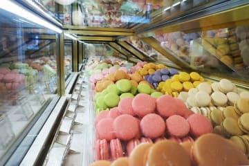 ラデュレの看板メニュー・マカロン。キャラメル、ベルガモット、シトロン、ギモーヴ・アイスティーなどの味がそろう