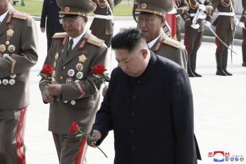 27日、戦死者らが眠る平壌の墓を訪れ、献花する金正恩朝鮮労働党委員長(朝鮮中央通信=共同)