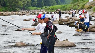 地元の釣り名人に教わりながらアユ釣りに挑戦する高校生=舟形町・最上小国川