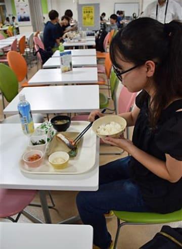 柔らかな食感が特徴の青森サーモンを食べる学生。塩焼き定食は8月6日にも提供される