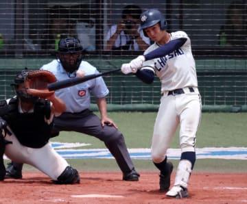 【準決勝、長崎商―鎮西学院】9回表長崎商2死、青山が左前打で出塁する