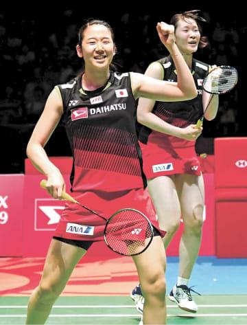 女子ダブルスで決勝進出を決めた永原(左)、松本組(川村公俊撮影)