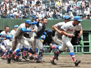 県初の5連覇を達成し、応援席に喜びの報告に駆け出す花咲徳栄ナイン=28日、県営大宮球場