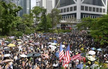 香港中心部で開かれた警察の強制排除に抗議する集会=28日(共同)