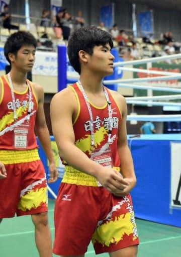 南部九州インターハイ・ボクシングの開会式で行進する日章学園高3年の永野友己選手。初戦を前に気合の入った表情を見せる=28日午後、宮崎市総合体育館
