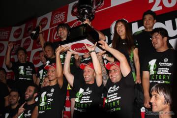 優勝したNo.10 Kawasaki Racing Teamによる記念撮影