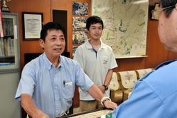 ひき逃げ事件の解決に協力した歳内浩三さん(左)と川口昌大さん=三田署
