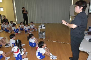 スポーツ栄養士の松田幸子さんの話を聞く児童=鹿嶋市大船津