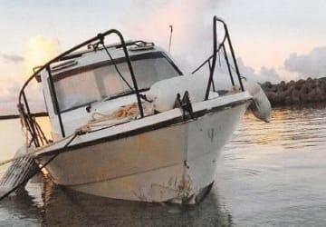 防波堤の消波ブロックに衝突したモーターボート(那覇海上保安部提供)