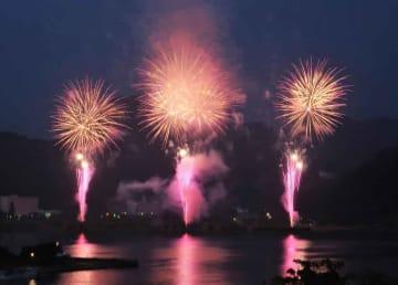 海辺から夜空に打ち上げられた花火(京都府舞鶴市浜)
