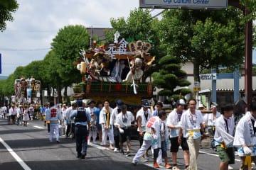 須賀神社を目指して練り歩く飾り山=小城市小城町