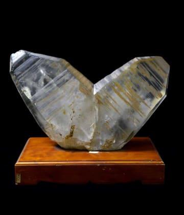 ハート形をした山梨県乙女鉱山産の水晶の日本式双晶