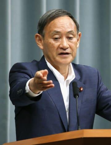 記者会見する菅官房長官=29日午前、首相官邸