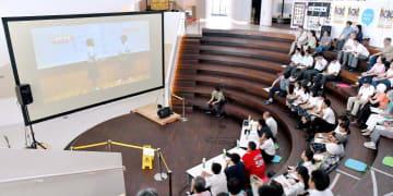 高校生の漫才などを来場者らが評価した公開審査会=28日午後、新居浜市坂井町2丁目