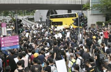 香港中心部をデモ行進する市民ら=28日(共同)