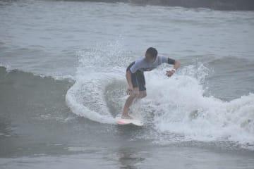 """""""大工さんサーファー""""の大会で、波に乗り技を競う参加者=28日、いすみ市"""