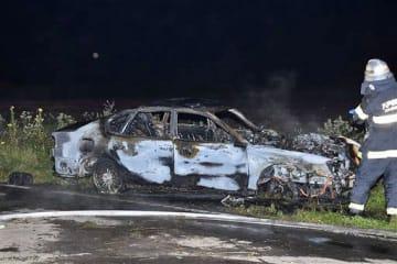 電柱に衝突、炎上した乗用車=27日午後11時15分ごろ、おいらせ町浜道