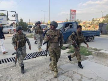 アフガニスタン首都カブールの襲撃現場に駆けつけた治安部隊=28日(AP=共同)