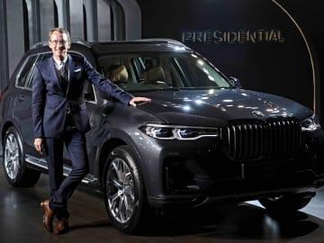 25日、X7を披露するBMWグループ・インディアのハンスクリスチャン・ベルテルス氏=BMWグループ提供